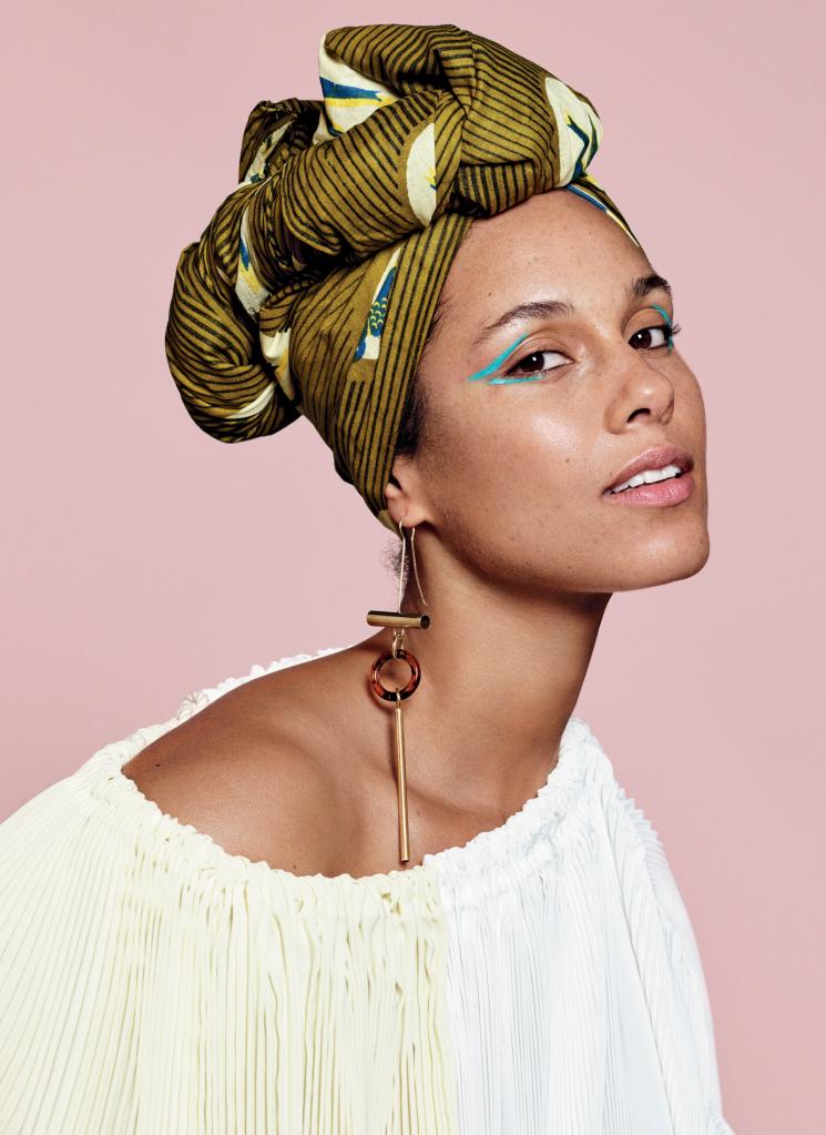 alicia keys pas maquillée mais qui illumine son visage avec ce joli turban ou foulard en tissu wax