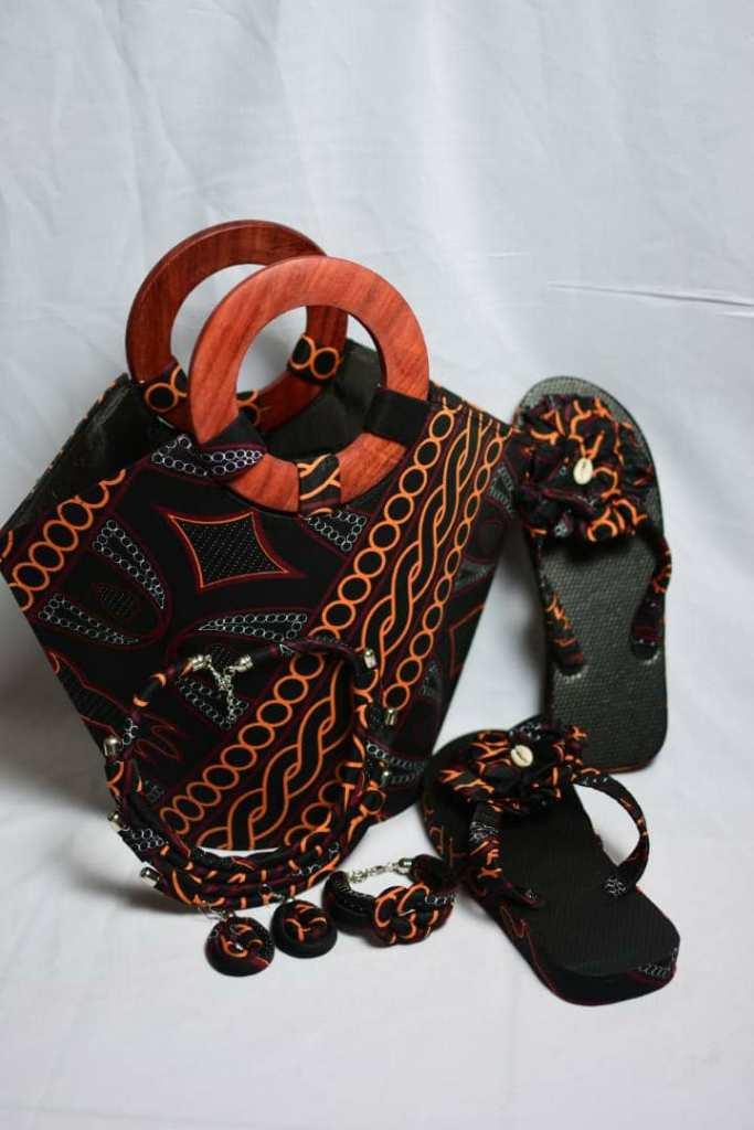 sac en main seau avec anses en bois, parure de bijoux et tongs assortis en tissu wax