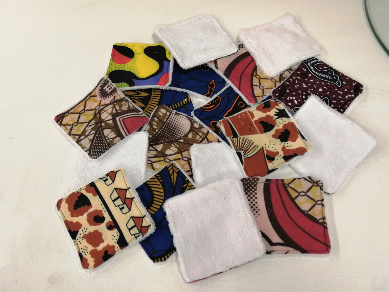 lingettes démaquillantes lavables et réutilisables en tissu wax et tissu éponge bamboue