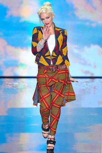 gwen stephani en ensemble pantalon dépareillé en tissu wax ou tissu ethnique africain