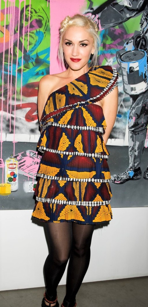 gwen stephani en robe asymétrique en tissu wax ou tissu ethnique africain