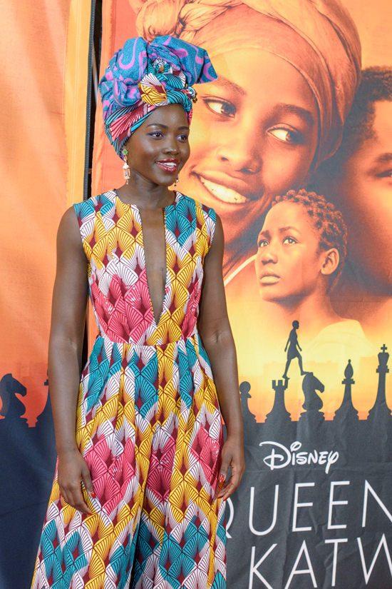 lupita nyongo habillée d'une grande et magnifique robe échancrée en tissu wax