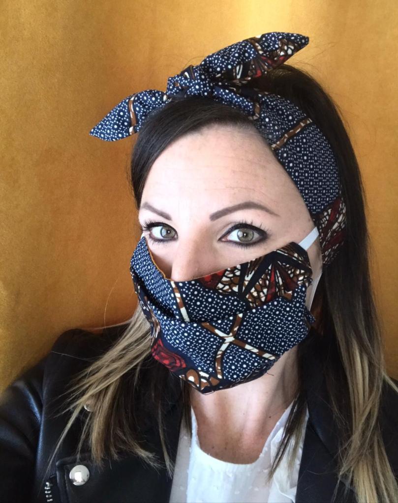 masque réutilisable ou masque barrière en tissu wax porté avec un headband en tissu ethnqique africain