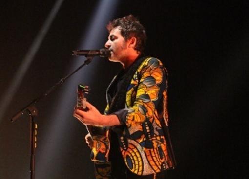 matthieu chédid qui opte pour une belle veste en tissu wax lors d'un concert