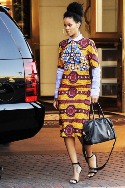 rihanna dans une belle robe mi-longue en tissu pagne africain encore appelé tissu wax