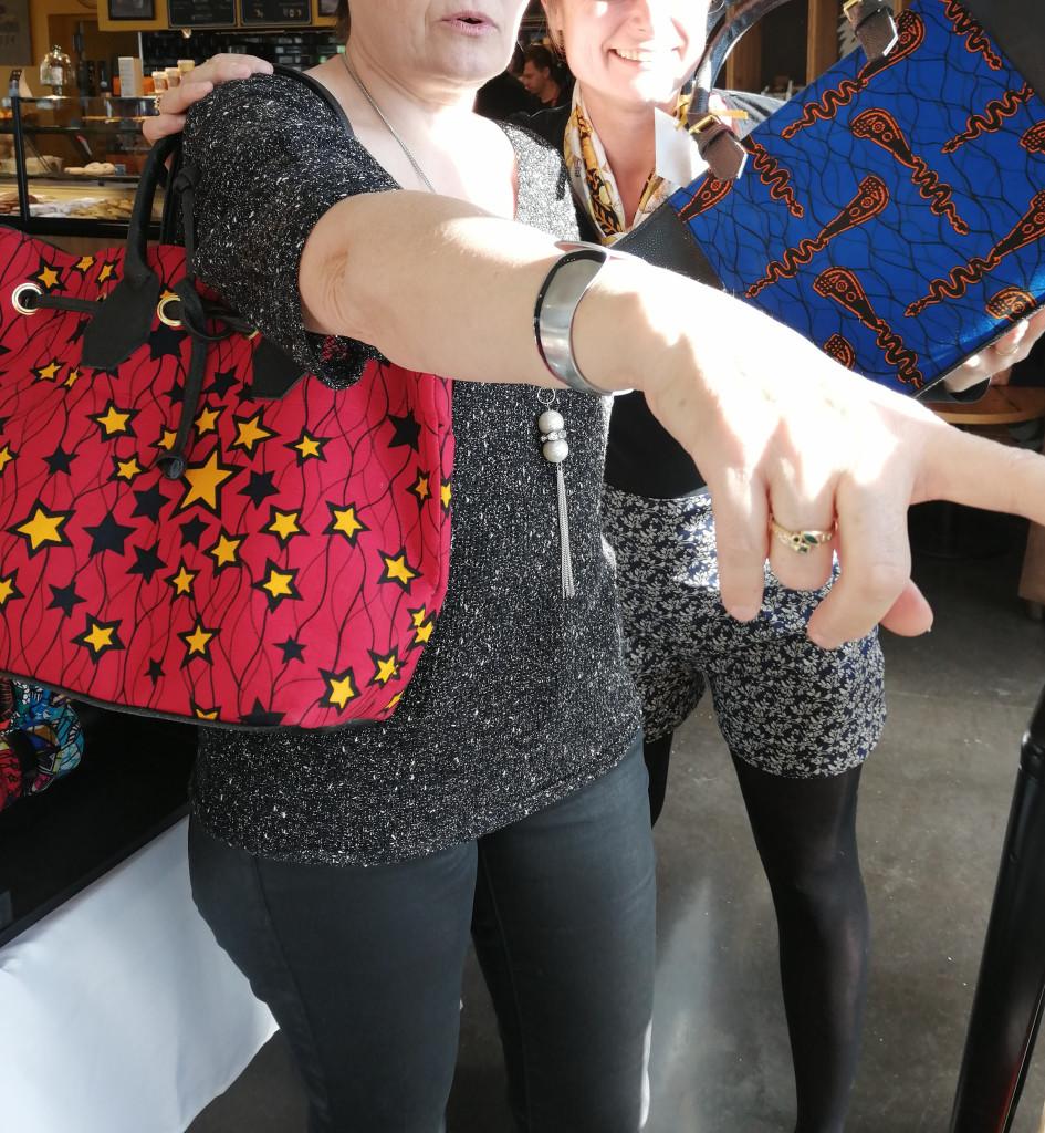 sac à main ou sac cabas en cuir et tissu wax avec lanière et anses en cuir
